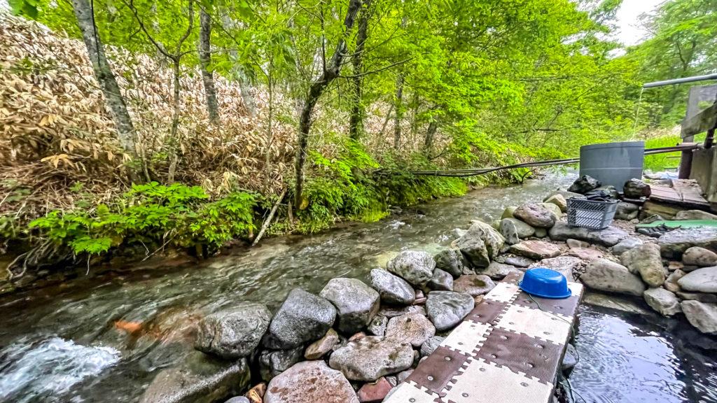 養老牛温泉 からまつの湯と横を流れる川