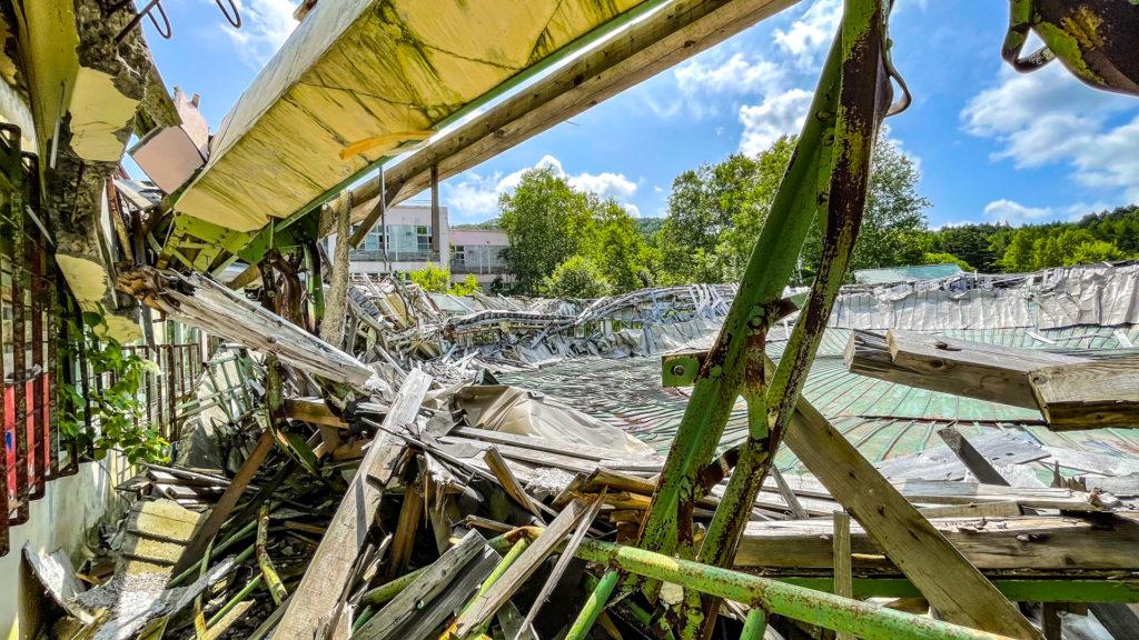 太陽小学校 (はぼろ緑の村) 崩壊した体育館