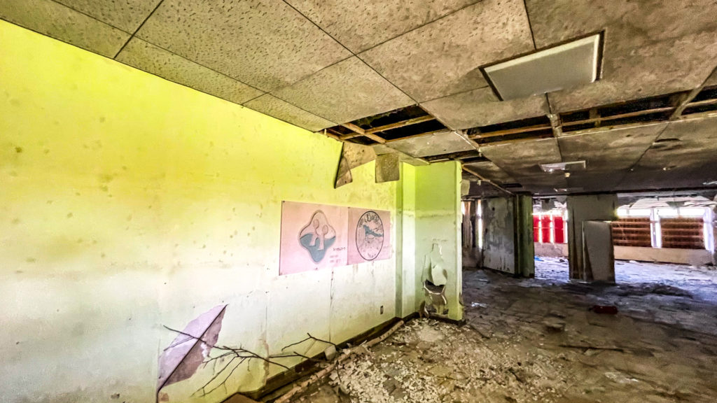 太陽小学校 (はぼろ緑の村) 廃墟 エントランスホール