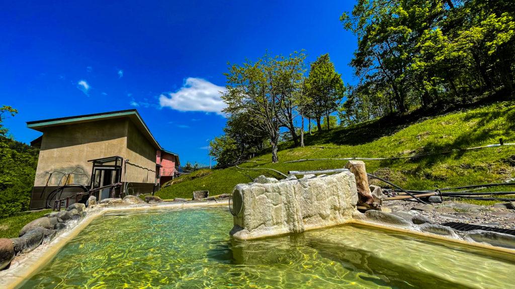 幌加温泉 鹿の谷 露天風呂 建物方向
