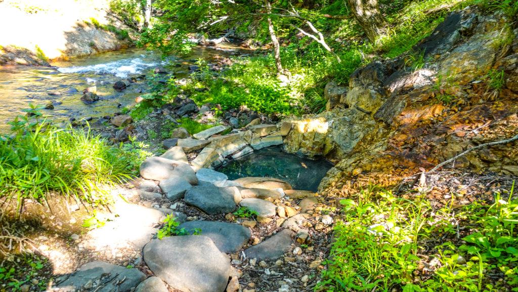 然別峡温泉 メノコの湯とシイシカリベツ川